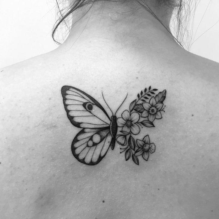 Tatuagem criada por Gabriela Blaezer do Rio de Janeiro.  Borboleta com uma das asas em formato de flores.