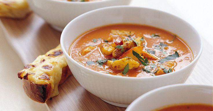 Gör kycklingsoppa av tomatsoppan! Med curry och kyckling får soppan både extra god smak och fin färg.