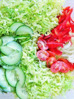 Kusi wzrok i pysznie smakuje, zwłaszcza z grillowaną rybą lub mięsem. Chrupiący seler naciowy, jędrne pomidorki, cudownie soczysty ogórek ...