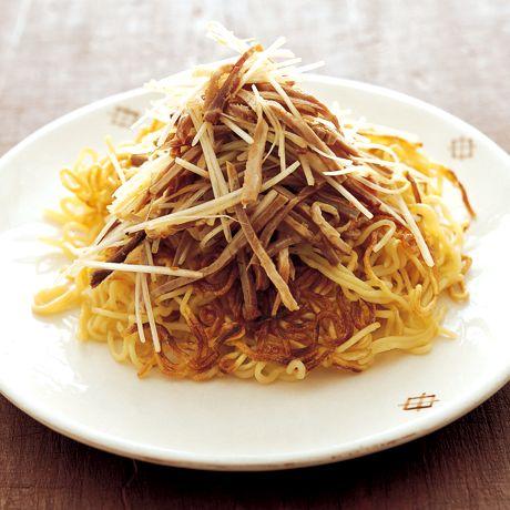 しょうゆでこうばしく焼くのがおいしさの秘訣!「カリカリしょうゆ焼きそば」のレシピです。プロの料理家・藤井恵さんによる、焼き豚、長ねぎ、中華蒸し麺などを使った、476Kcalの料理レシピです。