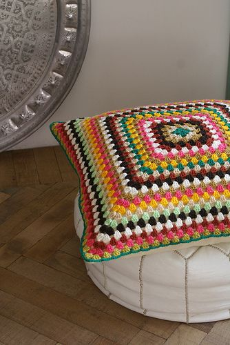 Crochet pillow. Love the colors. No pattern, but it looks simpel enough to deduce.
