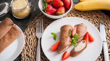 Kakaowe naleśniki z kaszą jaglaną, białym serem i bananami