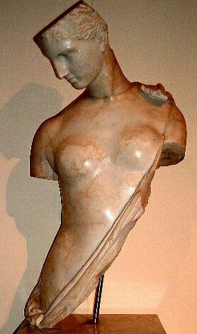 """Statua di Afrodite detta """"Psiche"""" . Copia di età adrianea di originale greco del IV sec.a.C. decorava il portico della Summa Cavea dell'Anfiteatro di Capua."""