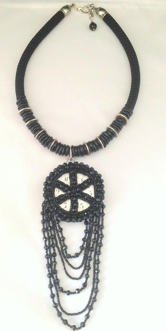 collier en perles de jais ancien,avec un cadran émaillé de petite horloge ancien et de la passementerie larrière est entièrement recouvert de passementerie Le jais prend merveilleusement bien la lumière car il est facetté Pièce unique longueur au cou 45 cm poids 130 gr