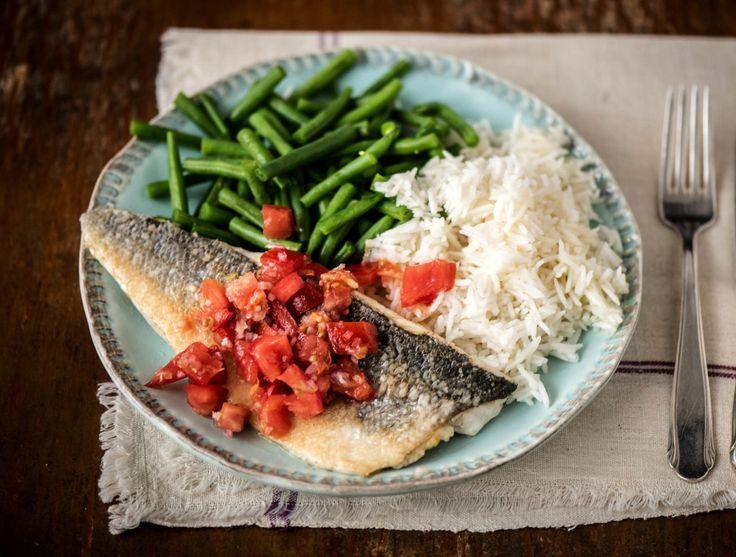 Gebakken zeebaarsfilet met tomatensalsa en rijst