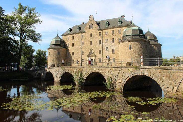 """ÖREBRO: tem pouco mais de 107 mil habitantes e que numa tradução """"meia boca"""" significa Ponte sobre o Cascalho. Possui apenas uma universidade e é considerada o centro nacional de produção de calçados. O ponto turístico mais famoso é o Castelo de Örebro."""