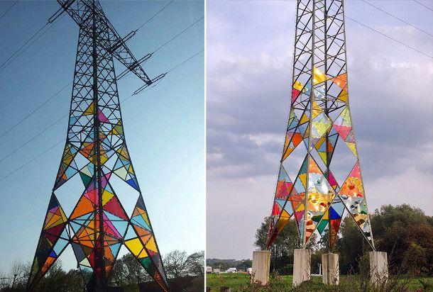 gebrandschilderd-glas-elektriciteitstorens-4. In 2010 namen drie Duitse kunststudenten de taak op zich om saaie elektriciteitstorens te veranderen met kleurrijke driehoeken van gebrandschilderd glas. Op deze manier veranderden ze in vuurtorens. Met acrylglas bootsen ze de functie van traditioneel glas in lood na.