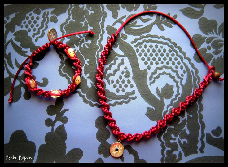 Coordinato bracciale + collare  Materiale: Coda di topo in satin bordeaux, quarzo rosa, monetina cinese portafortuna.  Lavorazione: Spiral knot
