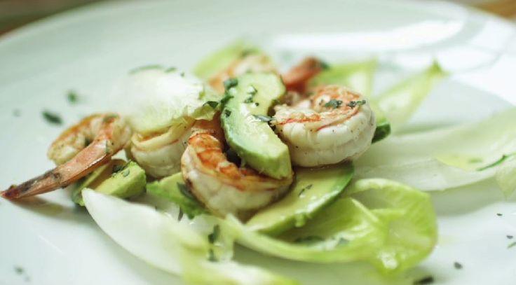 Μία καλοκαιρινή, δροσερή σαλάτα Είναι πολύ εύκολη και ότι πρέπει για ένα ελαφρύ lunch break. Γαρίδες με αβοκάντο και endive!