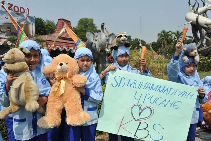 Around 50 elementary school students from Muhammadiyah 4 Pucang Surabaya held a sympathetic protest in front of the Surabaya Zoo. Their concern was over the increasing number of animals that have died suddenly.