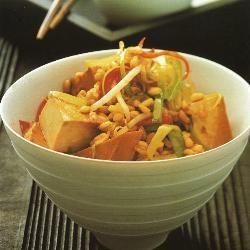 Tarwe en groenten uit de wok met gemarineerde tofu