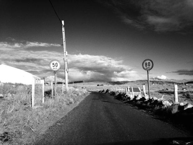 """Jack Kerouac, nel 1957, quando finalmente riuscì a far pubblicare dopo lunghe vicissitudini editoriali il suo romanzo On The Road, decise di insegnare all'arte una nuova estetica e alla filosofia una nuova impostazione mentale: il viaggio come liberazione delle pulsioni umane. Unico imperativo categorico espresso a chiare lettere dall'autore: """"La strada è la vita""""."""