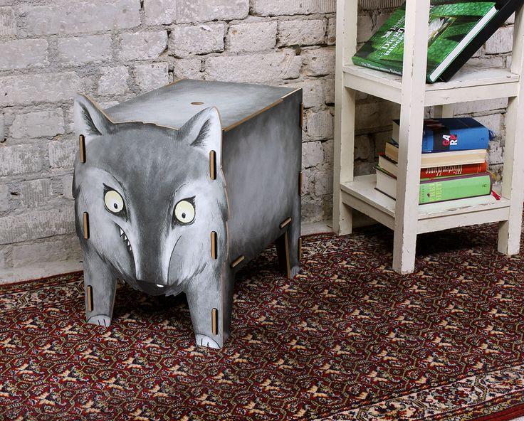 Der Wolf passt nicht nur gut ins Kinderzimmer, auch im Wohnzimmer oder im Flur macht er sich gut. Dort kann man ihn zum Beispiel mit Mützen und Schals füttern. Oder auch mit Büchern und Unterlagen.