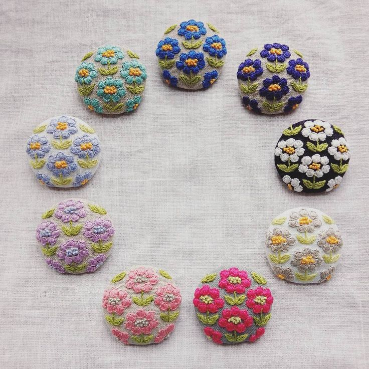 こつこつと製作を進めています✊ たくさん並ぶと嬉しいなぁ♥ #ブローチ#brooch #お花#刺繍#手仕事#ハンドメイド#handmade#kumako365#日々