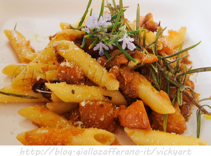 Penne con zucca rosmarino e noci ricetta facile, piatto veloce, ricetta con la zucca, primo piatto per pranzo, cena in poco tempo, zucca in padella con pecorino