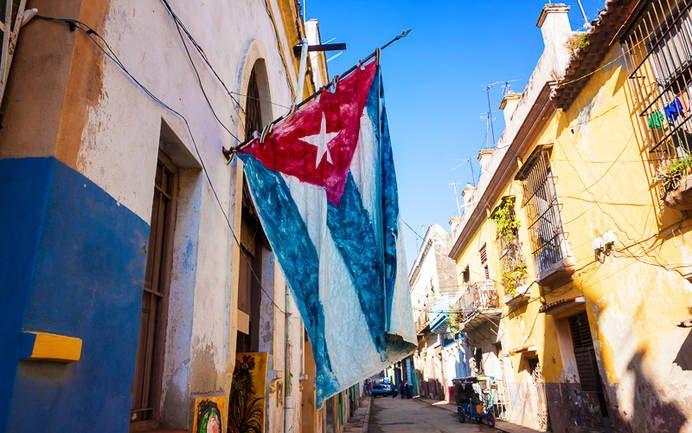 Altstadt in Havanna mit kubanischer Flagge