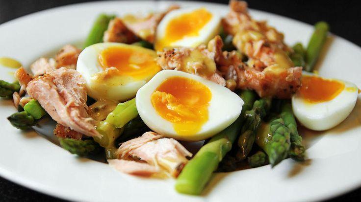 Kok smilende egg, la aspargesen koke noen minutter og legg på litt varmrøkt laks så har du den deilig lunsj.    Oppskrift av Cathrine Møller Øyen,cathrineoyen.blogspot.no