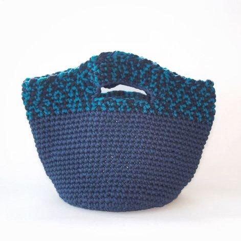 流行りのズパッゲティというTシャツ素材の糸で編みました。大きめに作ったので、少し重たいですが、ジーンズなどやカジュアルなシーンで背負うように持っていただくとお洒落かと思います。また、インテリアとしてたくさんのものを入れてお使いいただいても良いかと思います。中にはフェルトでポケットをつけ、底もフェルトを縫い付けました。●カラー:紺・水色●サイズ:ヨコ50cm 高さ35cm 底円直径25cm●素材:ズパゲッティ フェルト●注意事項樹:既製品にはない楽しいものを編んで、製作しております。手に取っていただいた方に喜んでいただけるよう、創意工夫しながら、また丁寧に作ることを心がけております。気になる点がございましたら、お気軽にお問い合わせください。既製品にはない手作り感を楽しんでいただけたら大変嬉しく思います。よろしくお願いいたします。●作家名:MAKIKo大人かわいい/おしゃれ/可愛い/大人女子/オシャレ/手作り/存在感/かごバッグ/トートバッグ/バスケット編み/内布/楕円形【配送】ゆうパック(保証・追跡サービスあり)レターパック(保証なし・追跡サービスあり)定形外郵便物…