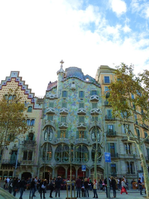 via classic bride: European {Honeymoon-Inspired} Travel Journal: Barcelona, Spain Classic Bride: Polished Wedding + Daily Style. Gaudi = my reason to go to Spain.... if Spain itself were not reason enough!