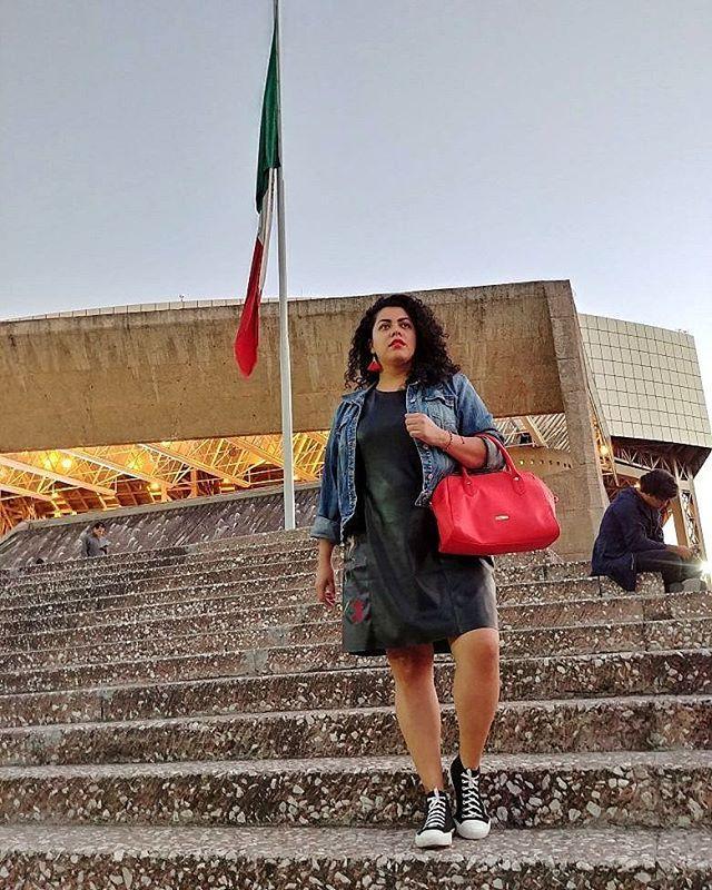 Look curvy del día ❤ Amé este vestido faux-leather de @liverpool_mexico desde que lo vi en #FashionFest ... Y esta es una muestra de que este tipo de prendas no sólo pueden usarse de noche... Si lo combinas con los elementos adecuados (como una chamarra de mezclilla), puedes lograr un outfit ganador para usar en el día 😘✌ 📷 @pabloberruecos #yocurvilinea #arhemolina #curvyblog #plussizefashion #curvybloggersmx