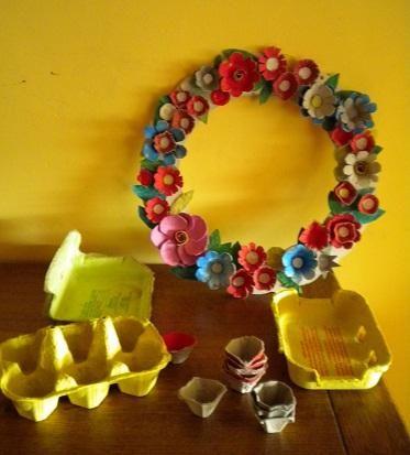 Une couronne en boites à œufs pour occuper les enfants et en plus c'est joli :-)
