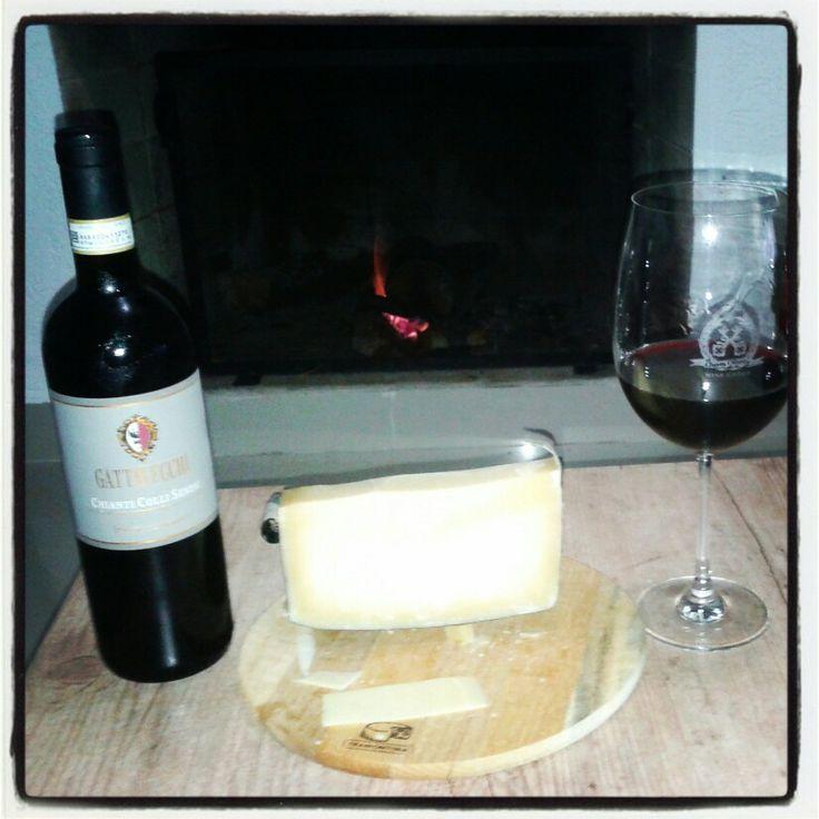Queijo, Lareira e um vinho italiano CHIANTI COLLI SENESI GATTAVECHI - prazer em dose tripla nesses dias frios! www.chavesoliveira.com.br/ (11) 2155 0871