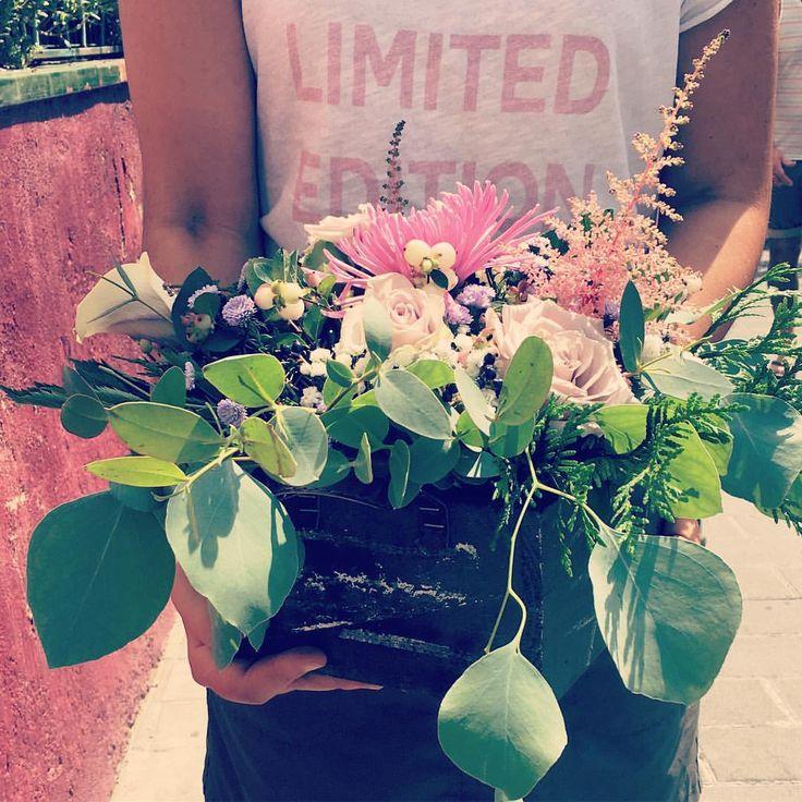 Cajas con flores * Flower box #flowershop #flowessitges #flowers #flowerbox #instaflower #sitges ##floristeriabrisa ##pinkandpurple