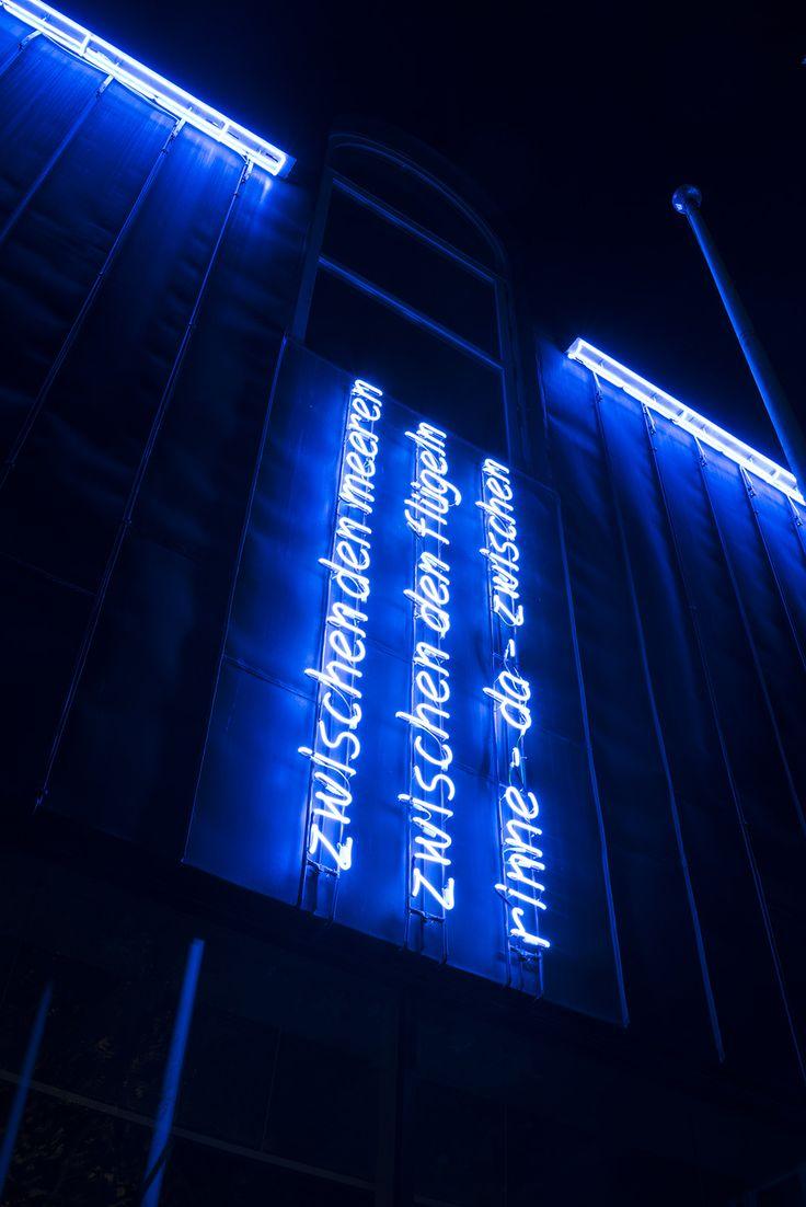 """#Neumünster In einem geheimnisvollen, blauen Licht erstrahlt nach Einbruch der Dämmerung der Innenhof zwischen Nord- und Südflügel des Rathaus-Ensembles in Neumünster. Es handelt sich um die Lichtinstallation """"rinne – da – zwischen"""" des Künstlers Rainer Gottemeier, die von der Architektur bestimmt ist und diese optisch und inhaltlich reflektiert."""