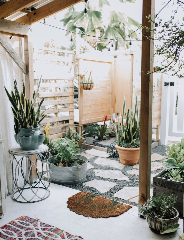 Cozy Hawaiian Hale Home Tour // mid-century modern, light + airy home inspired by the ocean // outdoor garden space