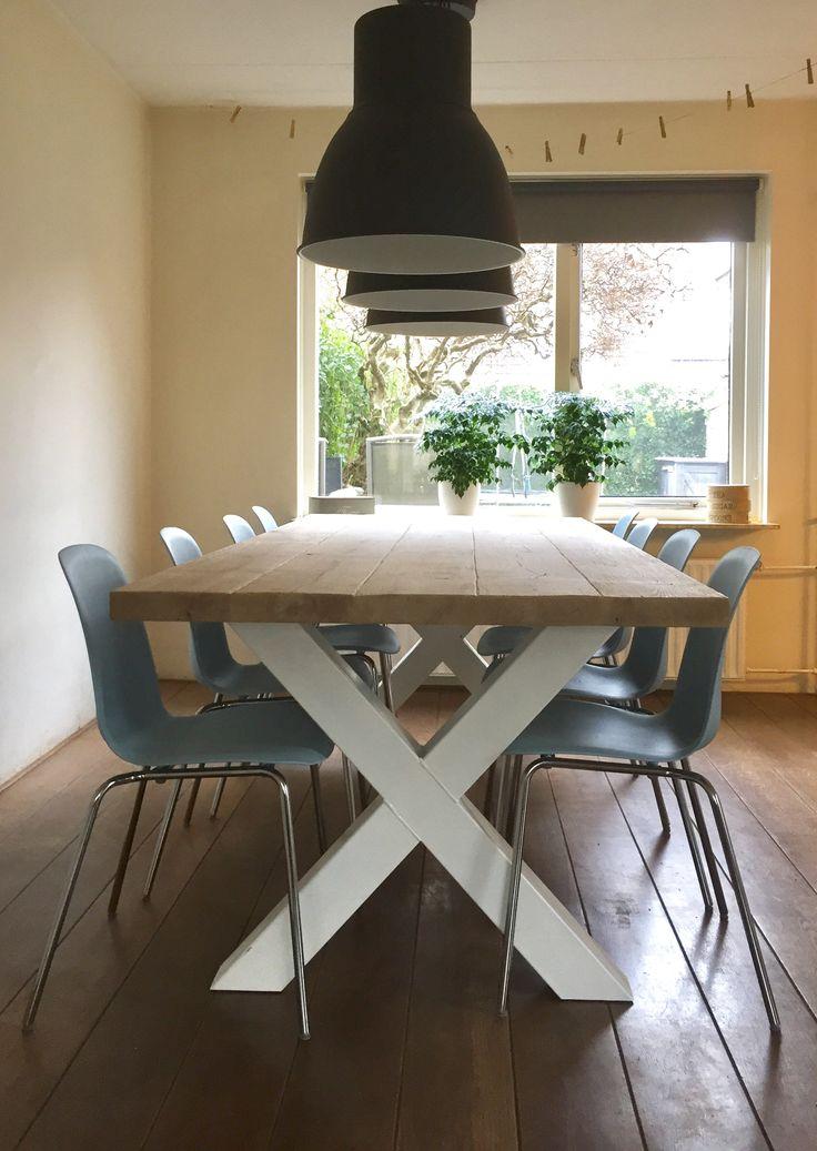 Eettafel met blad van eiken en wit stalen onderstel. Gecombineerd met lichtblauwe Leifarne eetstoelen van de Ikea