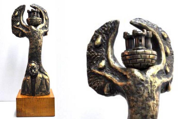 Statuetka wykonana z mosiądzu, techniką odlewniczą. Podstawa wykonana z drewna.