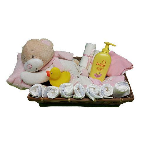 Quality Fruit Baskets. Mand liggende Beer meisje  1x beer liggend op roze kussen  8x luier  1x bad eend  1x Zwitsal  crème zeep 300 ml.  1x Pyjama