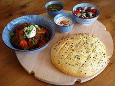 Turkse stoofpot met kruidige yoghurt, Turks brood en salade.