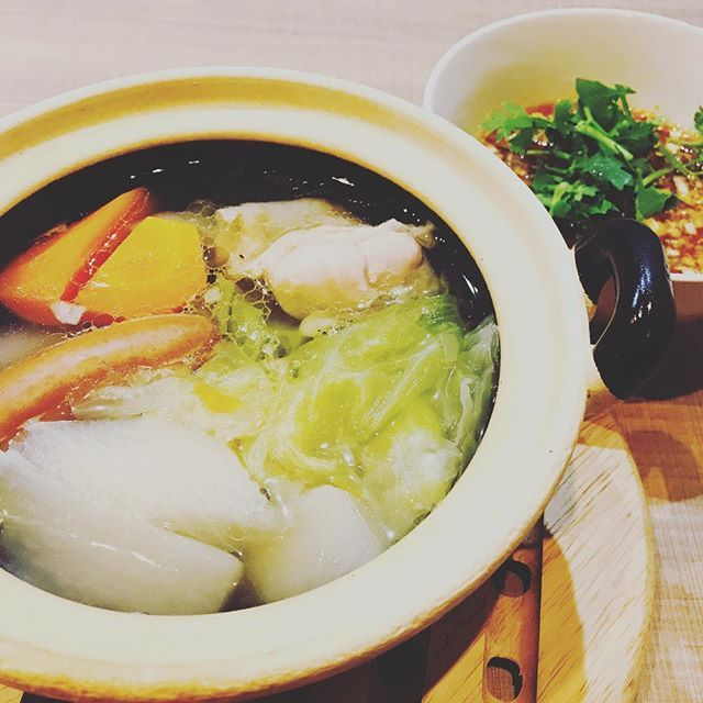 だんだん夜が肌寒くなってきたこの時期にピッタリの 熱々メニュー . 「エスニックポトフ」 . . #石川県  #加賀市  #山代温泉  #アジアンダイニング #DaFu #ダフー #アジア料理 #エスニック料理 #パクチー . . お肉やお野菜の旨味がタップリの透きとおったスープ。 それだけで食べても十分美味しいのですが、少しピリ辛の エスニックなタレをかけると 味に深みが出て また違った味わいが楽しめます。 . . #ポトフ #エスニックポトフ #野菜 #肉 #熱々 #ピリ辛 #ピリ辛タレ #あったまる . . 一皿で2度美味しい エスニックポトフ オススメです✨ . . #2度美味しい #オススメ #数量限定 #早い者勝ち . . 本日も元気に #深夜3時頃まで営業  してますので、 #ご来店お待ちしております🐸