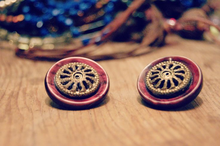 Vintage buttons. Stud earrings made from old vintage buttons. Handmade in Montreal Quebec. Upcycled jewelry. Vintage inspiration Art deco - pinned by pin4etsy.com