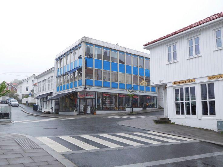 Bygg som kontrasterer med det omkringliggende bygningsmiljøet har i ettertid ofte vist seg å fungere dårlig. Her fra Risør.