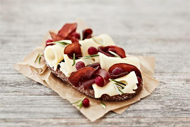 Juhlavassa leivässä maistuu puhtaat kotimaiset raaka-aineet. http://www.valio.fi/reseptit/juhlava-poro-karpaloleipa/ #valio #resepti #ruoka #recipe #food