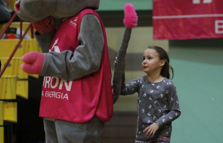 Dzieci uwielbiają zaczepiać Tauronki! fot. Andrzej Romański