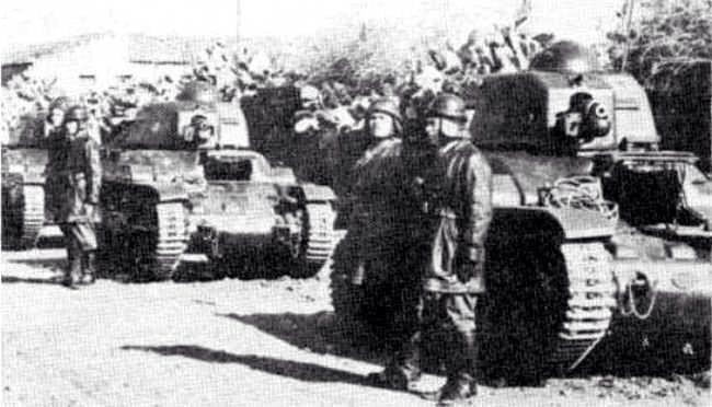 Sicilia 1943. Carristi italiani con dei Renault R35 di fabbricazione francese. 395 di questi carri armati, preda bellica, ci furono donati dai tedeschi e, durante l'Operazione Husky, molti presero parte al contrattacco di Gela con la Divisione Livorno. Pin by Paolo Marzioli