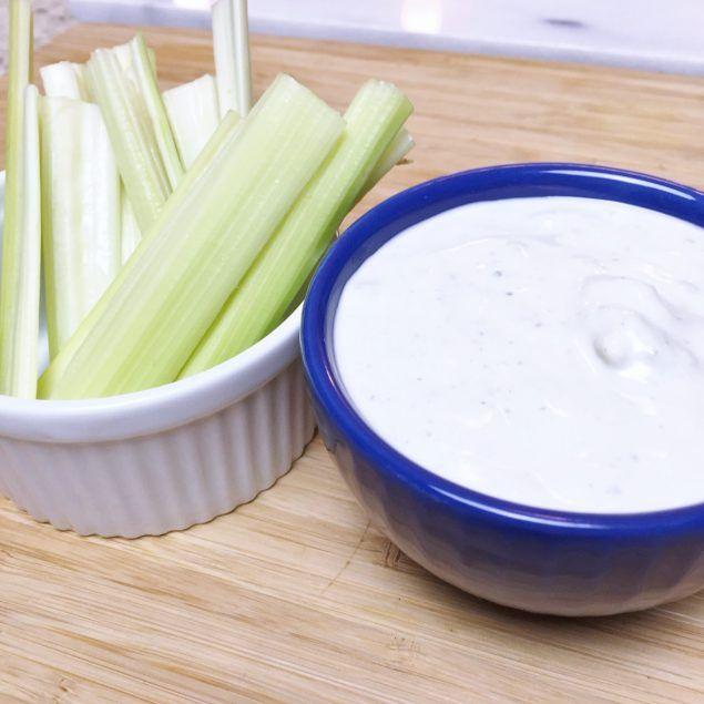 Esta es la MEJOR receta existente de dip - aderezo de blue cheese. Perfecta para las alitas buffalo.También es un buen aderezo para ensaladas.