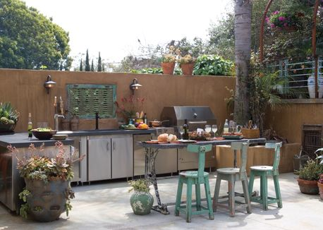 southwestern outdoor kitchen designn with panchetto-esque chairs