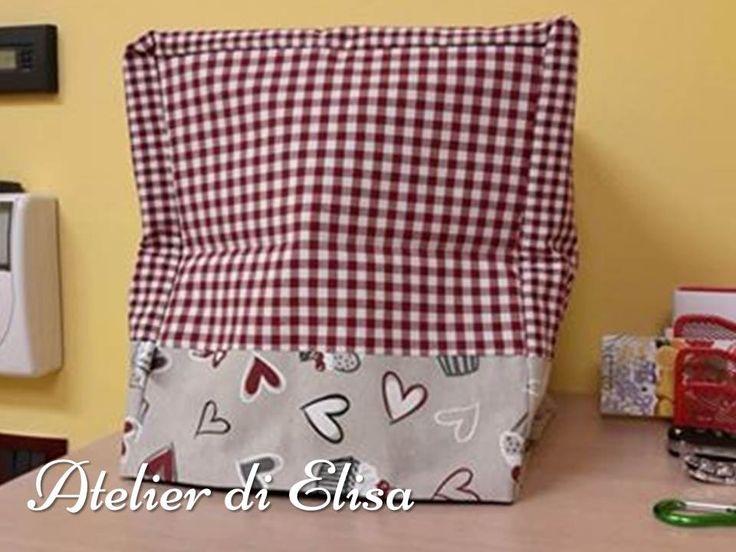 Copri Bimby realizzato con una splendida stoffa con i cupcakes e cuoricini a cui abbiamo abbinato un quadretto rosso e bianco, come la cucina!!!