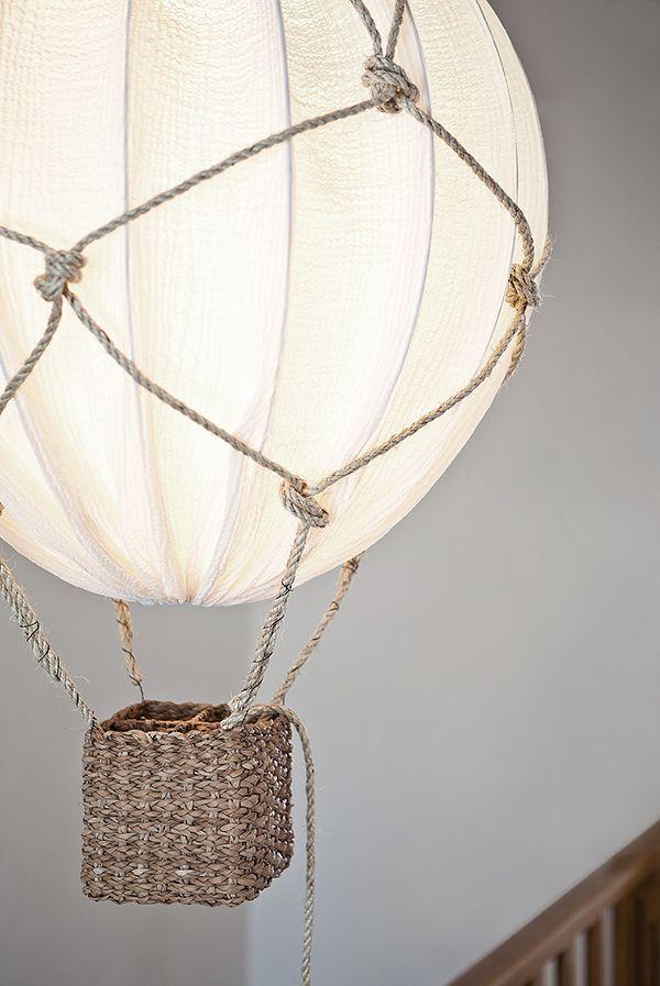 """När jag googlade efter uppslag till en kommande omgörning av ett barnrum här hemma så fastnade jag för den här idén som visar hur man kan göra en luftballong av en """"vanlig"""" vit lampa. Så fint! Ett nyt"""