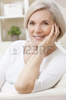 femme souriante: Portrait d'une femme attirante hauts élégants détendre à la maison heureux et souriant.