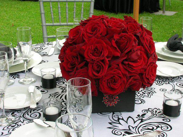 Centros de mesa en base de cerámica chocolate con rosas rojas
