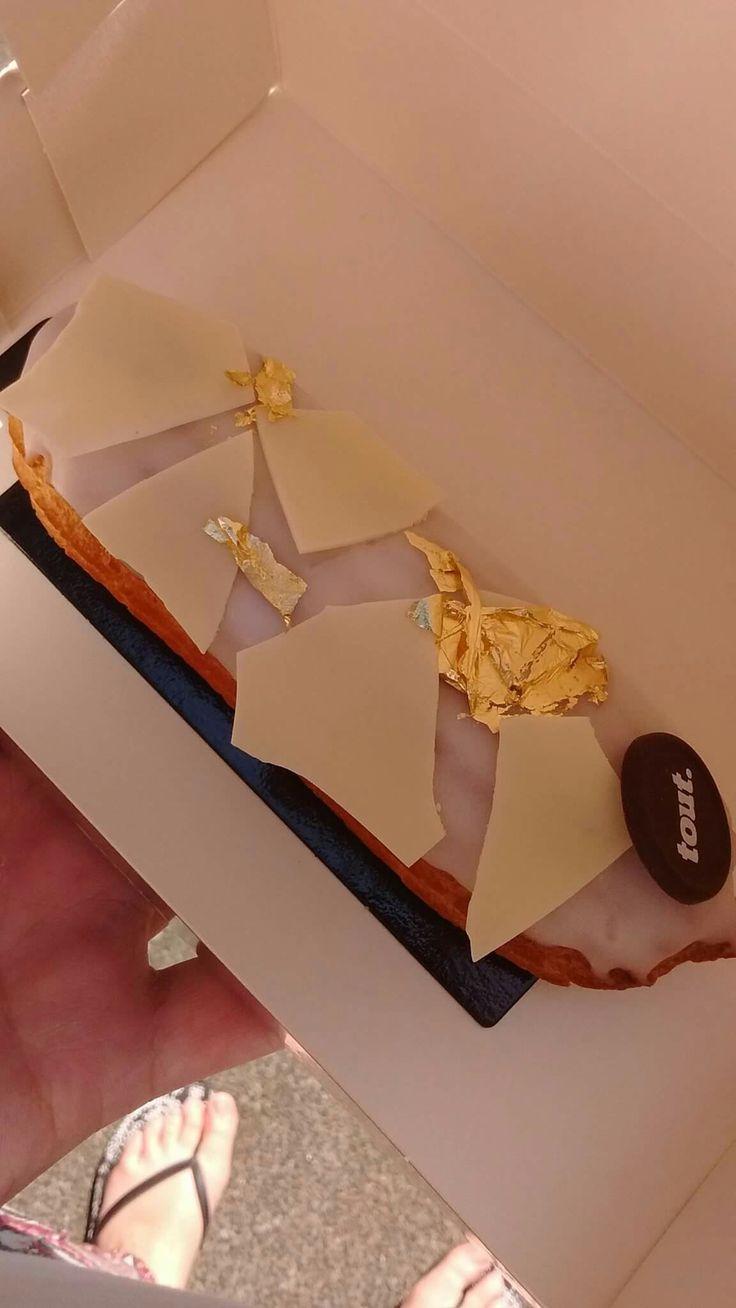 Éclair à la vanille, croquant au chocolat blanc et feuilles d'or. Chocolaterie & Pâtisserie TOUT. #Amsterdam
