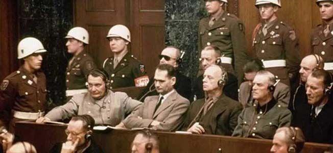 Tribunal de Nuremberg en 1945. De gauche à droite: Herman Göring, Rudolf Hess, Joachim von Ribbentrop, Wilhelm Keitel, Hernst Kaltenbrunner. Le premier se suicidera en cellule avec du cyanure, le deuxième prison à vie, les trois derniers, mort par pendaison.