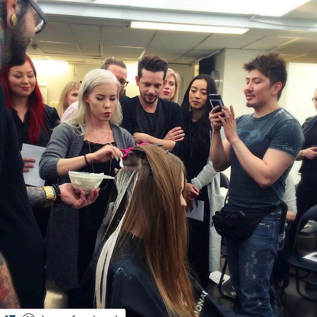 #Repost @kcprofessional with @repostapp. ・・・ Elisa (@hairbyelisa) pääsi tekemään balayage-värjäystä Guy Tangin opastuksessa  Tarkkaa puuhaa  #balayage #GuyTangHel #guytang #kcprofessional #olaplex #olaplexfinland /// Check guys periscope, there you will see me, panicking, painting hair