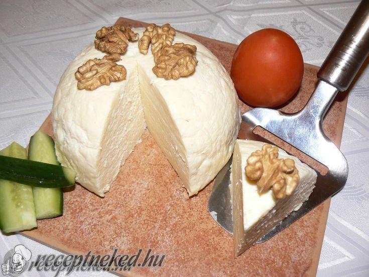 Hozzávalók: 50 dkg túró 1 l tej (3,5 %-os zsírtartalmú) 6 dkg vaj 1 tojás (elhagyható) 1 kk szódabikarbóna 1 kk só (púpozott) Elkészítése: A tejet a túróva
