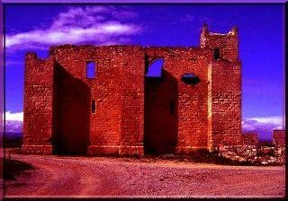 Au Moyen Âge, pour protéger les hommes, il y avait des châteaux forts. Mais les hommes avaient besoin de manger, donc de cultiver la terre, donc de stocker. Rapidement, il s'avère que la sauvegarde de la nourriture est aussi importante que protéger la population. C'est ainsi que des granges fortifiées furent construites. L'une des plus belles réalisations visitables se situe à Ouveillan dans l'Aude.